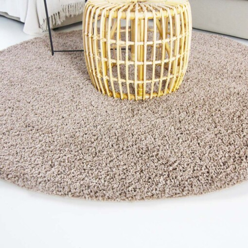 Hoogpolig vloerkleed beige rond close up
