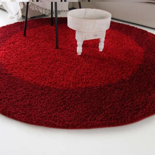 Hoogpolig vloerkleed rood omranding close up rond