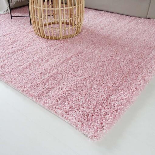 Hoogpolig vloerkleed roze close up