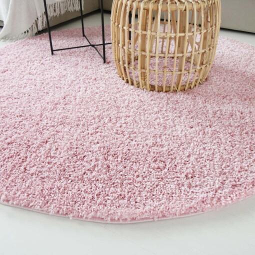 Hoogpolig vloerkleed roze rond close up
