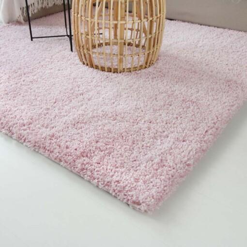 Hoogpolig vloerkleed roze vierkant close up